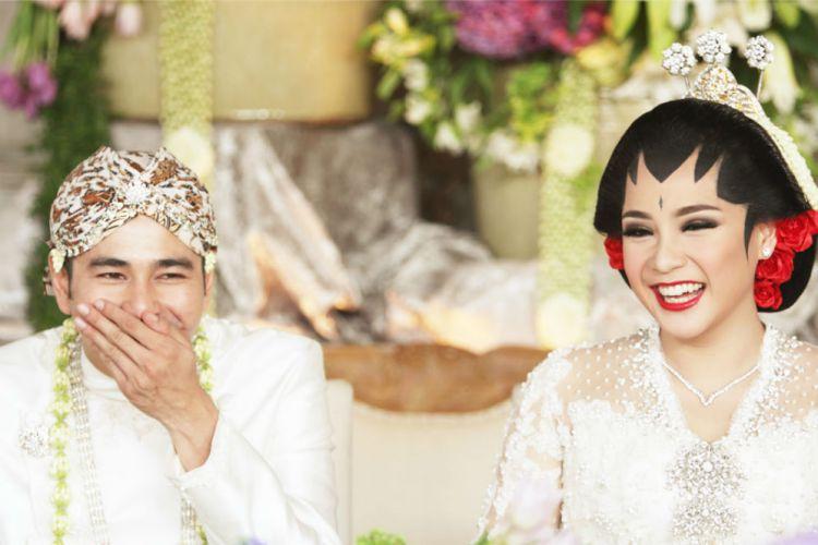 Dan uniknya, walaupun kadang dianggap aneh tetapi banyak masyarakat yang mempercayai mitos seputar pernikahan. Sumber: Boombastis.com